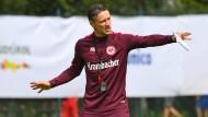 Frankfurter Taktgeber: Eintracht-Trainer Niko Kovac zeigt seinen Spielern, wie es gehen soll.