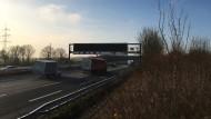Warnt: die neue LED-Anlage am Bad Homburger, das Hessen mobil gerade in Betrieb genommen hat