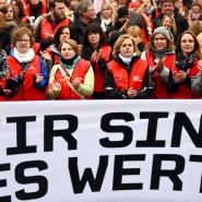 Das Motto zur Tarifrunde: Erzieherinnen und Erzieher bei einer Kundgebung am 8. April  - die Verhandlungen ziehen sich hin
