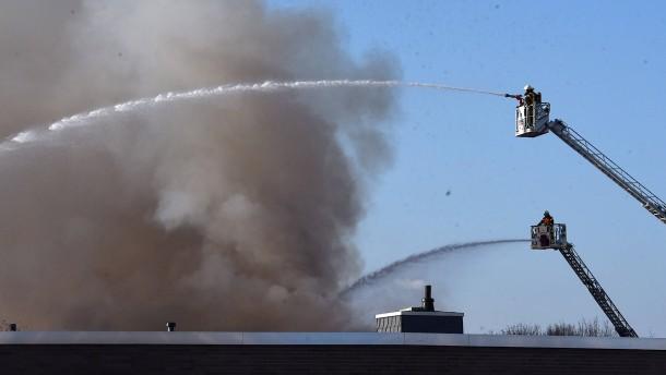Millionenschaden bei Brand von Lagerhalle
