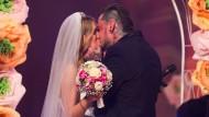 """""""Ihr dürft euren Facebook-Status jetzt in ,verheiratet' ändern"""": Auch eine Hochzeit gab es bei der Aufzeichnung zu feiern. Kandidatin Sandra Berger hat geheiratet."""