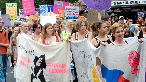 """""""SlutWalk"""" - Frauen die sich provokant kleiden, gehen in der Frankfurter Innenstadt auf die Straße und fordern, sich selbstbestimmt kleiden zu dürfen, ohne im Falle von sexualisierter Gewalt eine Schuldzuweisung zu erfahren."""