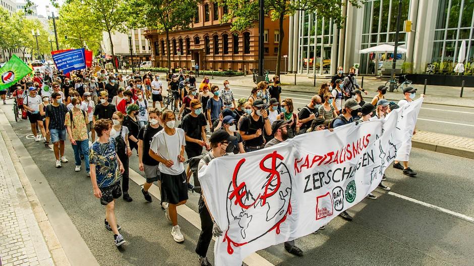 Sternmarsch: Von sechs Orten der Stadt ziehen die Demonstranten zum Opernplatz – hier aus Richtung der Galluswarte über die Mainzer Landstraße.