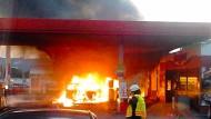 Wohnmobil an Tankstelle niedergebrannt