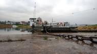 Nicht viel Wasser unter dem Kiel: Die Märchenfähre Wahlsburg-Lippoldsberg liegt an der Schiffanlegestelle an der Weser
