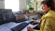 Keine Katastrophenmeldungen: Gertrud Warnecke arbeitet an ihrem Positiv-Magazin.