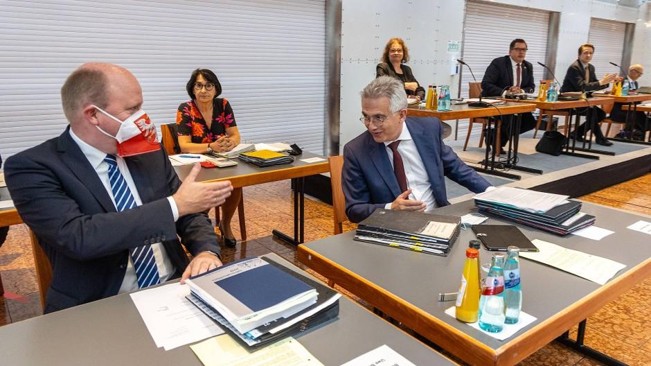 Unter Kollegen: Oberbürgermeister Peter Feldmann, hier mit Kämmerer Uwe Becker (links) in der Stadtverordnetenversammlung, bleibt auch nach der Kommunalwahl im Magistrat, egal wie seine Partei, die SPD, abschneidet.