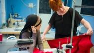 Maßarbeit: Reyhane aus Afghanistan und Gründerin Claudia Frick