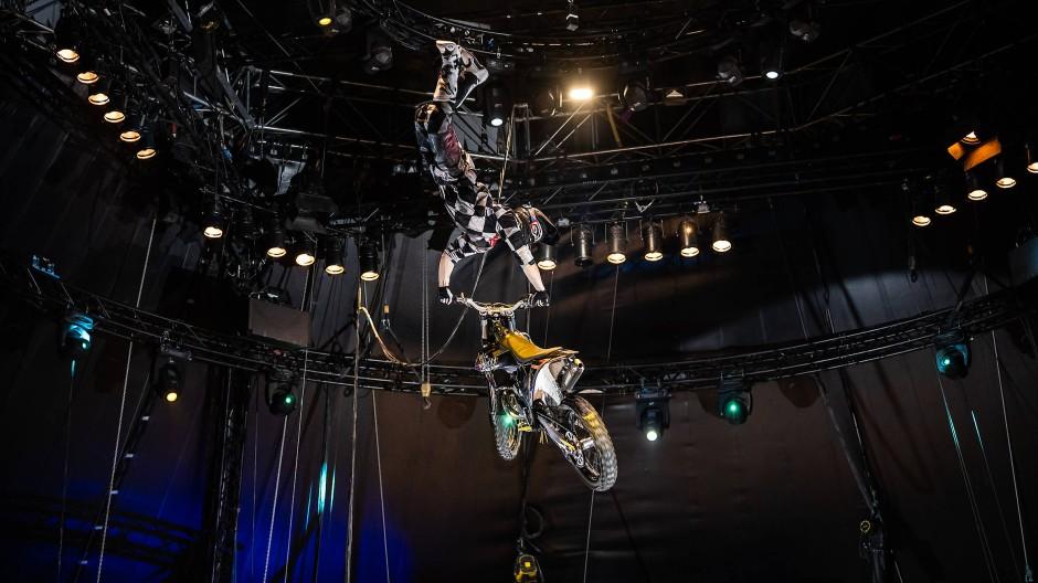 Flieger: Die Freestyler von Mad Flying Bikes sausen auf ihren Maschinen quer durch das Zelt.
