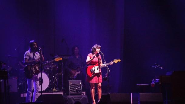 Norah Jones - Die amerikanische Soul- und Jazz-Sängerin und  Pianistin spielt in der Alten Oper in Frankfurt.