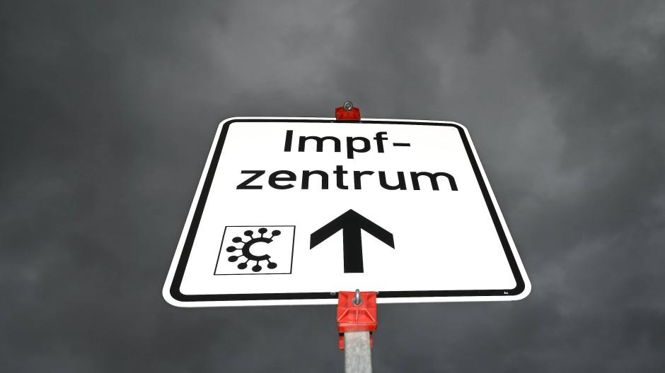 Da geht es lang: Hessen hofft auf disziplinierteren Umgang mit den Impfterminen.