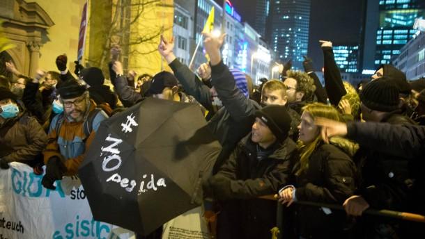 Polizei nimmt mehrere Pegida-Gegner fest