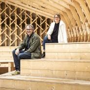 Fachwerker: Architektenpaar Werner Schulz und Kerstin Schultz in dem von ihnen entworfenen Biergarten in Erbach