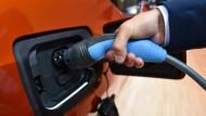 Anschlussfähig: Ladestationen für Elektroautos sind rar - auch das hält viele davon ab, sich ein solches Fahrzeug zu kaufen.