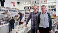 Standhaft: Konrad Künkel und Robert Egelhofer (rechts) im Zweitausendeins-Laden am Kornmarkt in FRankfurt