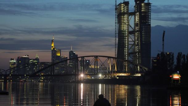 Osthafenbrücke schwimmt ihrem Ziel entgegen