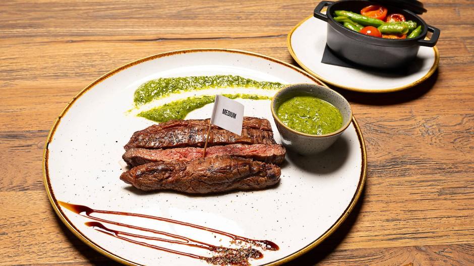 "Medium! Steak mit Chimichurri-Sauce im ""Ash"" in Frankfurt"