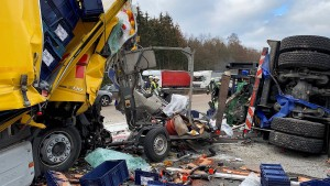 Laster-Fahrer stirbt in zerquetschtem Führerhaus