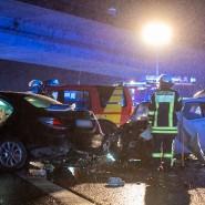 Einsatz: Feuerwehr und Notarzt arbeiten an Heiligabend an der Unfallstelle auf der A66 zwischen dem Autobahnkreuz Wiesbaden und der Ausfahrt Diedenbergen