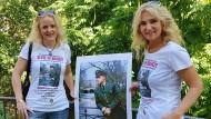"""Vorbild: Meike Berger (links) und Angela Storm vom Verein """"Elvis-Presley-Gesellschaft"""" mit dem Foto, nach dem die Statue gegossen werden soll"""