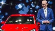 Der Vorstandsvorsitzende und sein Hoffnungsträger: Opel-Chef Neumann und der neue Astra, präsentiert auf der IAA im September 2015