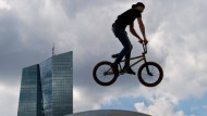 Über den Dächern: BMX-Fahrer in der Skater-Anlage vor dem EZB-Turm