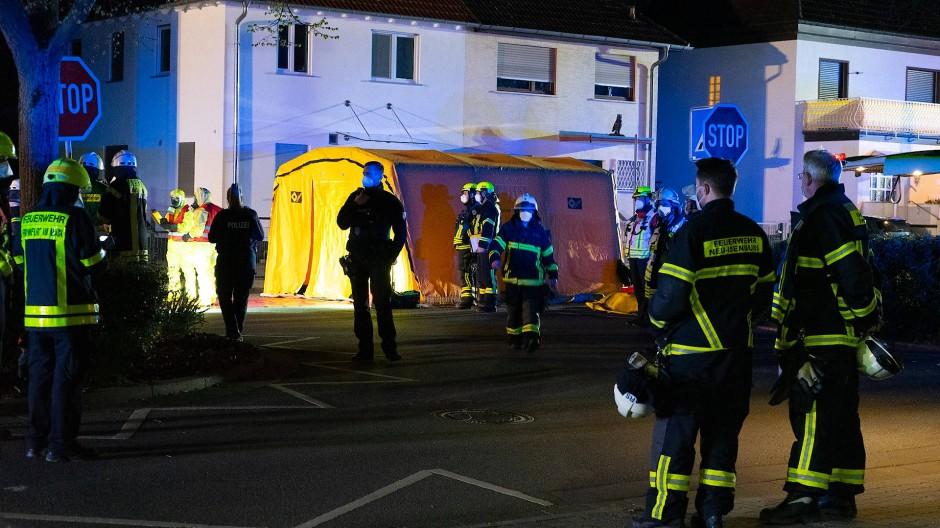 Großeinsatz: Feuerwehrleute an und in der Garage in Neu-Isenburg