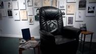 Leserfreundlich: Marcel Reich-Ranickis Ledersessel ist in der Ausstellung ebenso zu sehen wie Reproduktionen der Schriftstellerbilder, die er um sich hatte.