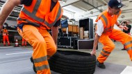 """Straßenräumer: Auf dem """"Risikoparcours"""" üben die Straßenwarte das sichere Entfernen von Gegenständen auf der Fahrbahn."""
