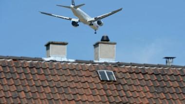 Nur kurz überflogen: Ein Passagierflugzeug ist über Wohnhäusern in Flörsheim im Landeanflug auf die Nordwest-Bahn des Frankfurter Flughafens.