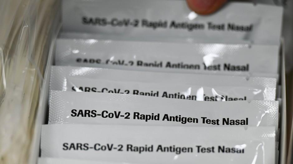 Nachweis: In einem Karton liegen Antigen-Tests, die eine Infektion mit dem Coronavirus nachweisen können.