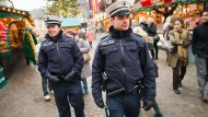 Alles im Blick: Die Polizei ist mit uniformierten und zivilen Polizisten im weihnachtlichen Trubel unterwegs.