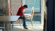 Hochkonzentriert: Dieser Mann ist in die Lektüre seines Deutschmaterials vertieft. Schon vor Beginn des Sprachkurses saß er auf dem Hof in der Sonne und lernte.