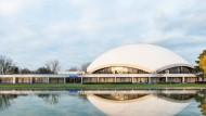 Jubiläumsbau: Die markante Kuppel der Jahrhunderthalle spiegelt sich im als Bassin gestalteten Löschteich. Die Räumlichkeiten im Basisbau, zu dem das Kasino gehört, sind nun behutsam restauriert worden.