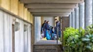 Das SEK im Einsatz: Polizisten durchsuchen die Wohnung in Oberursel (Archivbild).