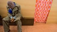 Angekommen: Ein Asylbewerber aus Afrika sitzt in einer Unterkunft in Frankfurt.