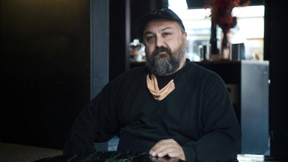 """Sorgt sich nicht um die Zukunft seines Clubs: Ata Macias in der Bar """"Plank"""", die nun auch wieder schließen musste."""