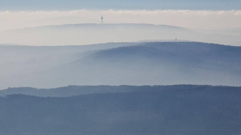 Kein Windrad weit und breit: Aus den Hügeln bei Taunusstein ragt nur der Fernmeldeturm auf der Hohen Wurzel heraus.