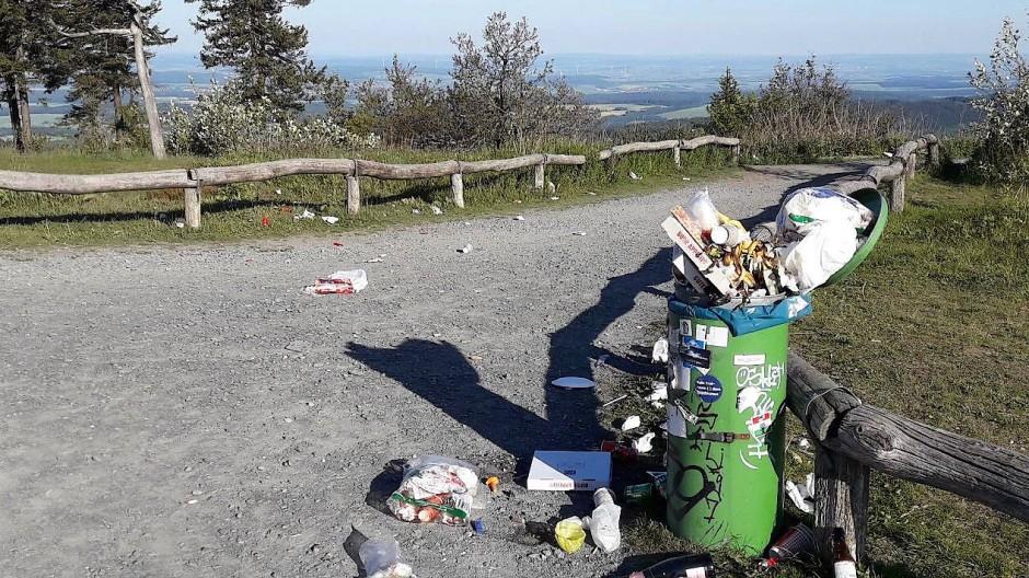 Einer wird's schon wegräumen: ein überfüllter Mülleimer am Plateau des Großen Feldbergs im Naturpark Taunus