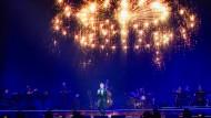 Nicht nur zur Weihnachtszeit funkelt und glitzert es bei Michael Bublé: Auftritt des Swing-Sängers in der Frankfurter Festhalle.