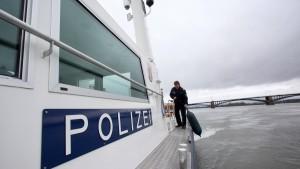 Sechs Sportboote kentern im Rhein
