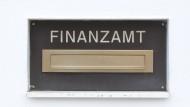 Ein Frankfurter Finanzbeamter ließ sich bestechen und erschlich sich so 100.000 Euro. Das Gericht verurteilte ihn zu drei Jahren Haft.