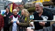 Angezapft: Bundestagsabgeordnete Bettina Müller, Bürgermeister Heiko Stock aus Lauterbach, Schottens Bürgermeisterin Susanne Schaab und Unternehmer Wolfgang Schleich aus Gedern (von links) demonstrieren am Römer.