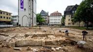 Gießens Fundamente: Auf dem Kirchenplatz werden sie nach und nach freigelegt - wer will, kann zu bestimmten Terminen zusehen
