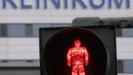 Stopp: Zumindest für Teile der Intensivstation am Frankfurter Uni-Klinikum gilt noch das Rot-Zeichen