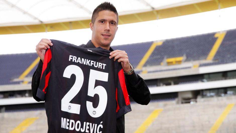Mit neuem Arbeitsdress am neuen Arbeitsplatz: Slobodan Medojevic ist in Frankfurt angekommen.