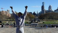 """Rocky Steps: Am Ende des Benjamin Franklin Parkways thront das Museum of Arts. Die Stufen, die zu dem Bau hinauf führen, hat Sylvester Stallone mit seinem Boxer-Film """"Rocky"""" zu einer Attraktion gemacht."""