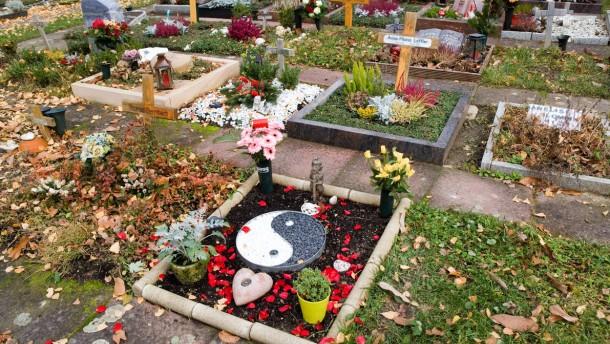 Wandel der  Bestattungskultur - Auf dem Frankfurter Hauptfriedhof verändern sich die Grabsteine und Grabschmuck.