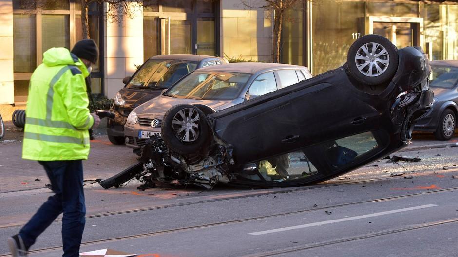 Nur noch ein Wrack: Nachdem es zwei Passanten erfasst hatte, überschlägt sich das Fahrzeug. Der Fahrer versuchte noch zu fliehen.