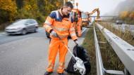 Saubermann: Straßenwärter Brian Zutz sammelt bei Gießen auf der abgesperrten Überholspur der Autobahn A485 Müll vom Mittelstreifen